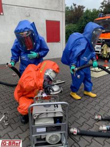 Einsatzübung für den C-Einsatz: Vornahme einer Gefahrstoffumfüllpumpe im CSA